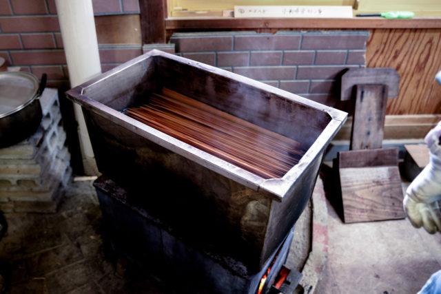 曲げわっぱの杉材を薪ストーブで煮る